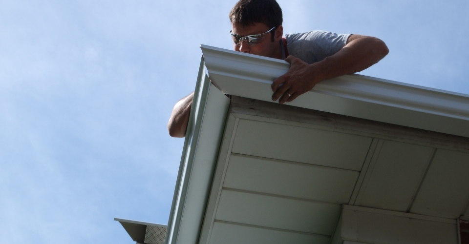 Installing Seamless Eavestrough